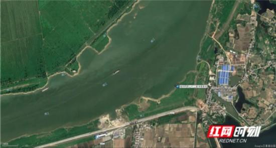卫星图显示,此段水域为湘江天然弯道的中间部,有冲积形成的沙洲。