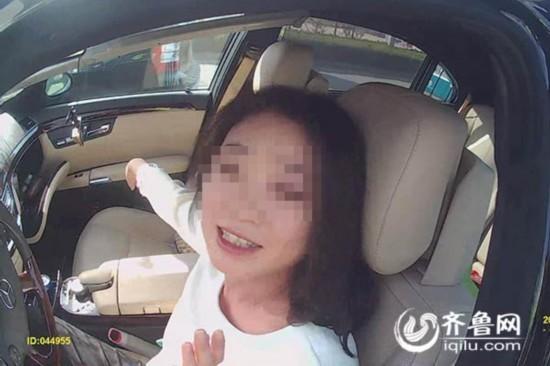 济南:女司机酒驾撞9节护栏 遇交警先摆剪刀手(图)