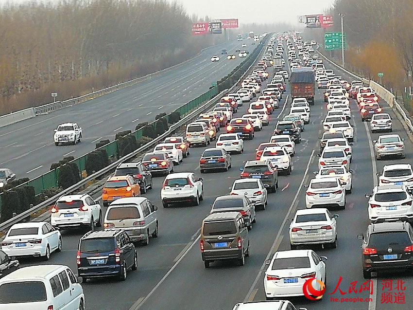 大广高速河北段进京方向多处拥堵 衡水段堵车严重