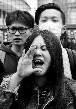 """法警察射杀中国公民引抗议 华人:警察""""受伤""""疑是苦肉计"""
