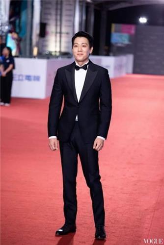 韩国演员金来沅6日受邀出席第53届金钟奖颁奖典礼并担任颁奖嘉宾