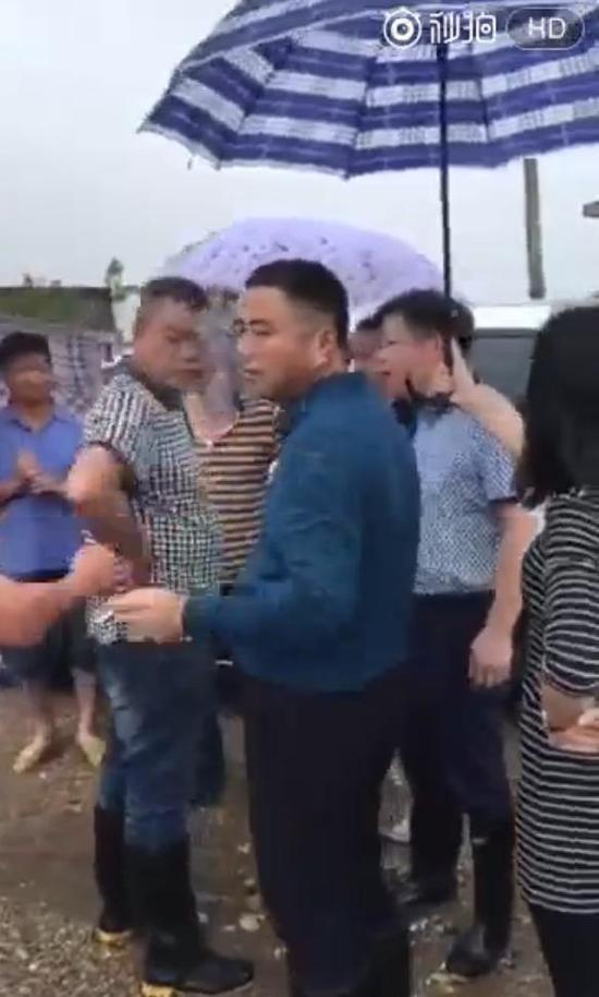 """湖南一官员受灾群众前""""女性撑伞嚼槟榔"""" 被严重"""
