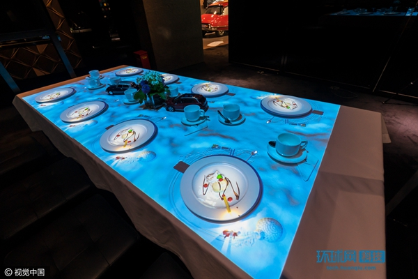 """比利时创意团队3d投影餐桌秀 呈现""""全息冰淇淋""""图片"""