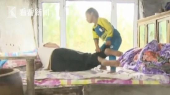 让人泪奔! 父母离婚不知去向 5岁男童洗衣做饭照顾瘫痪爷爷