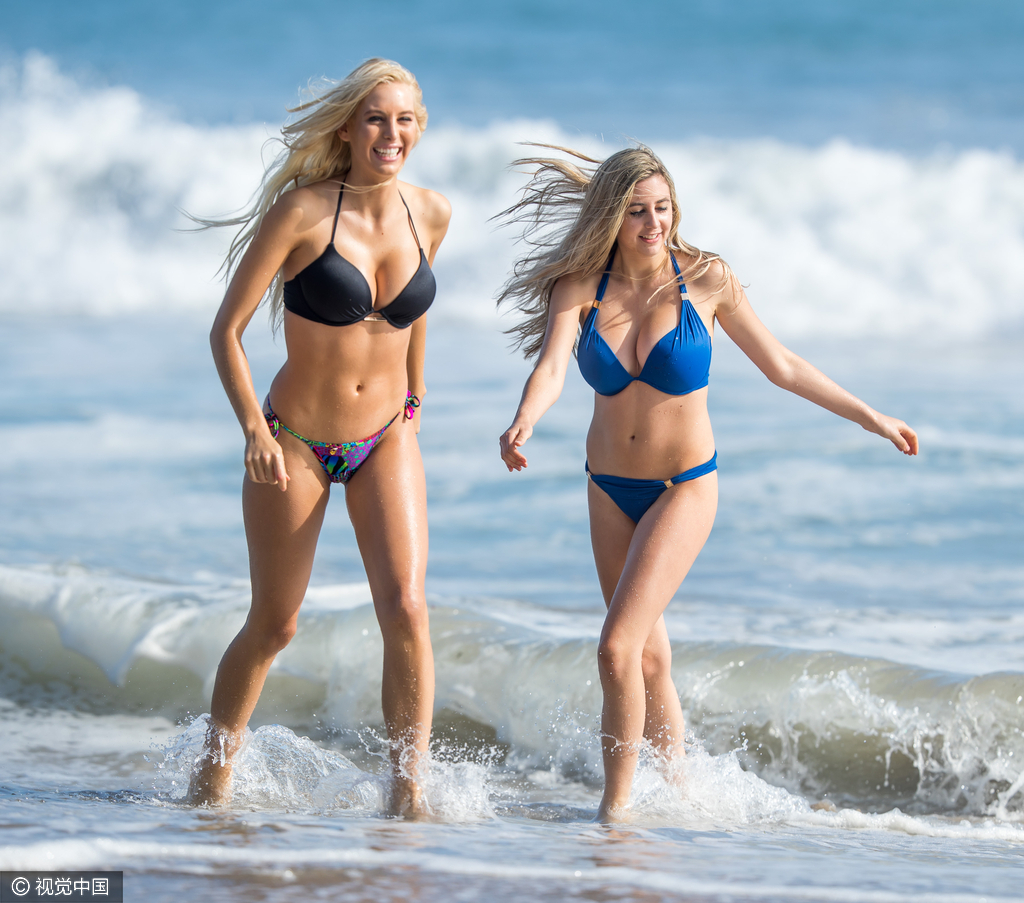 模特姐妹同着比基尼秀丰乳翘臀 姿势撩人互玩飞碟