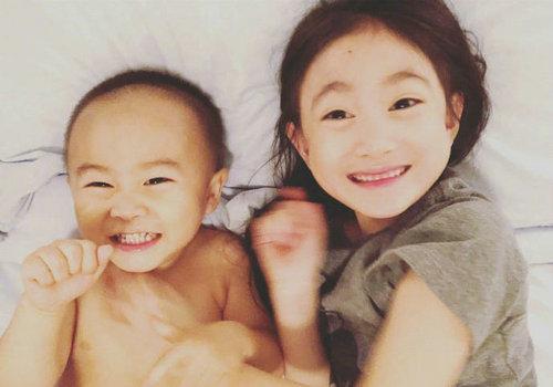李安琪发文庆儿子1周岁 奥莉比心弟弟吐舌超萌