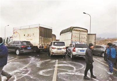 铁算盘高手论坛昆楚高速路面结冰致53车相撞 4人跨越高架桥坠亡